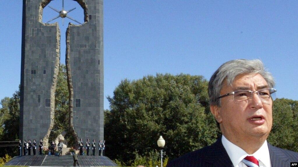 Qasım-Jomart Toqaev Qazaqstan sırtqı ister ministri bolğan kezde Semey yadrolıq sınaq poligonı qwrbandarına ornatılğan eskertkiş aldında söylep twr. Semey, 8 qırküyek 2006 jıl.