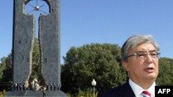 Қасым-Жомарт Тоқаев Қазақстан сыртқы істер министрі болған кезде Семей ядролық сынақ полигоны құрбандарына орнатылған ескерткіш алдында сөйлеп тұр. Семей, 8 қыркүйек 2006 жыл.