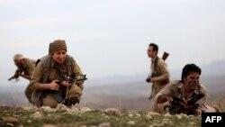 مقاتلون من عناصر الحزب الديمقراطي الكردستاني الإيراني في تدريب عسكري بمنطقة كويا، 100 كلم شمال أربيل