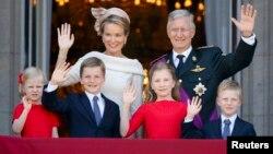 Բելգիայի թագավոր Ֆիլիպը և թագուհի Մաթիլդան՝ արքայազների և արքայադուստրերի հետ, թագավորական պալատի պատշգամբից ողջունում են ժողովրդին, Բրյուսել, 21-ը հուլիսի, 2013 թ․