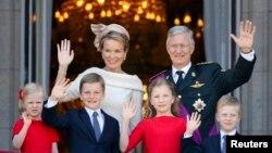 Король Бельгии Филипп, королева Матильда и их дети приветствуют бельгийцев с балкона королевского дворца в Брюсселе, 21 июля 2013 года.