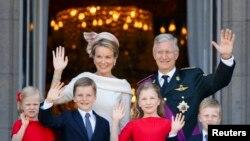 Король Филипп с семьей приветствуют с балкона собравшихся перед королевским дворцом