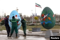 Ноорузга байланыштуу сүрөт тартылган жасалгалар орнотулууда. Тегеран, Иран. 2021-жылдын 17-марты.