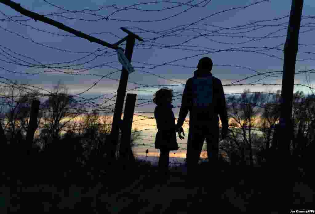 Бацька з дачкою наведваюць Мэмарыял Свабоды, зроблены з рэшткаў калючага дроту на мяжы колішняй Чэхаславаччыны і Аўстрыі, 17 лістапада.