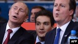 Владимир Путин (слева) и Дэвид Кэмерон (справа) после переговоров отправились на финал по дзюдо