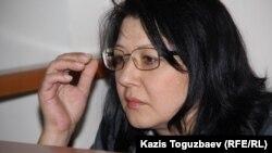 Гузяль Байдалинова, редактор оппозиционного сайта Nakanune.kz, обвиняемая в «распространении заведомо ложной информации», в зале суда. Алматы, 5 мая 2016 года.