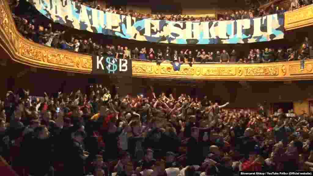 МАКЕДОНИЈА - Направената штета во МНТ ќе ја надомести навивачката група Шверцери, а ако тие не ја платат, тоа ќе го стори директорката на установата Симона Угриновска, рече премиерот Зоран Заев одговарајќи на пратенички прашања во Собранието.