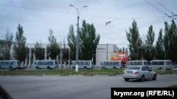 Колонна автобусов российской полиции в Керчи, 9 мая 2018 года