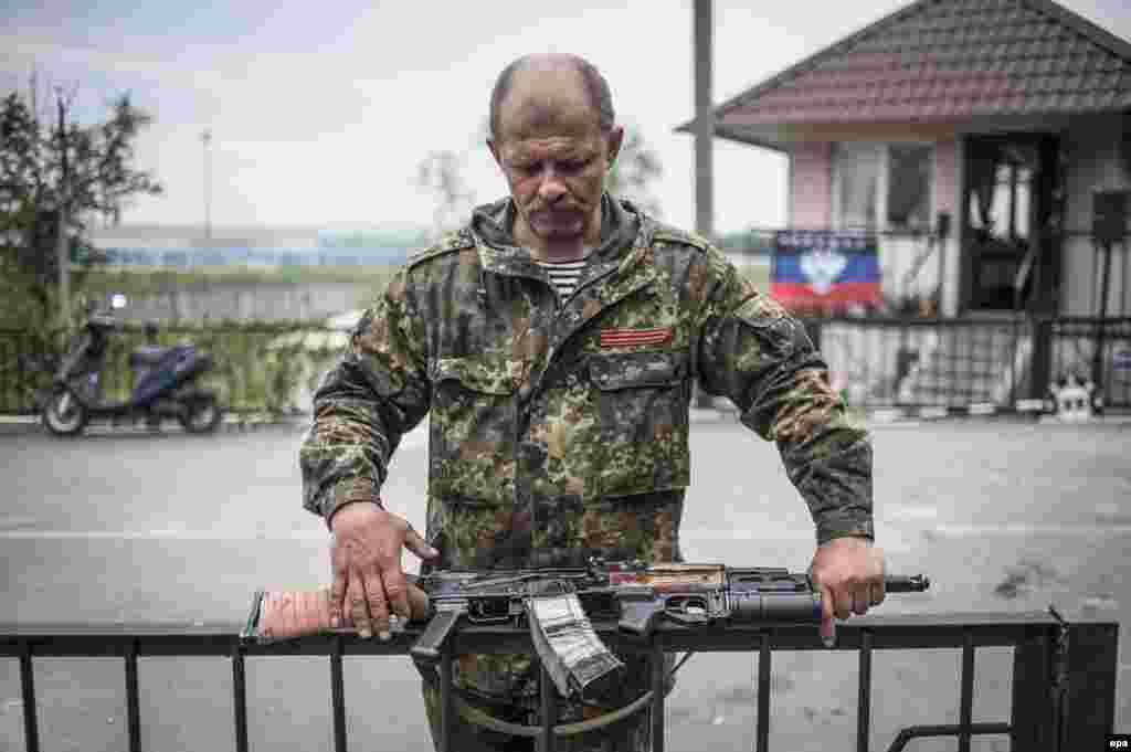 An armed pro-Russian militant stands at a checkpoint near Slovyansk, Ukraine, on May 12. (epa/Roman Pilipey)
