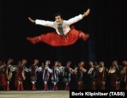 Артисти Національного заслуженого академічного ансамблю танцю України імені Павла Вірського під час танцю «Гопак», 1977 рік