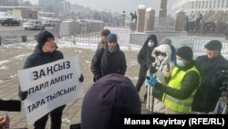Плакат ұстап, жалғыз адамдық пикет жасап тұрған белсенді Жанболат Мамай. Алматы, 15 қаңтар 2021 жыл.