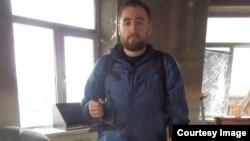 Сергей Бабинец в разгромленном офисе Комитета против пыток в Грозном