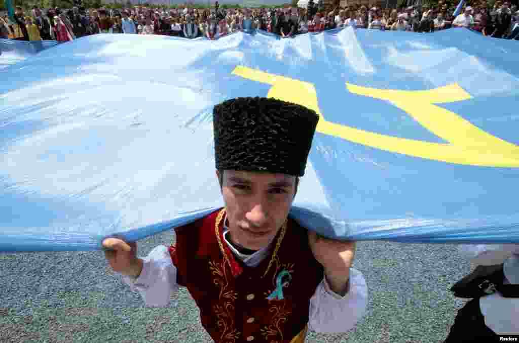 Qırımtatarlarnıñ 1944 senesi Qırımdan Orta Asiyağa sürgün etilmeleriniñ yıllığını qayd etmek içün insanlar toplaşa, Qırımnıñ Bağçasaray rayonı