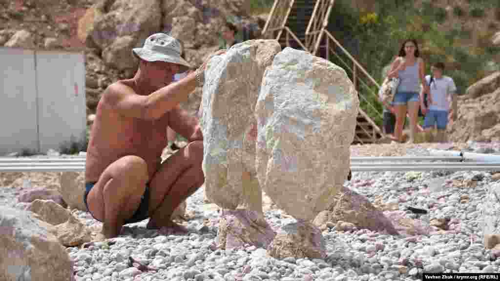 Найважливішим у цій справі є те, яким буде фундамент – перший камінь, на якому вишикуються всі інші. Тут важливо придивлятися до тріщин і маленьких заглиблень на ньому