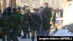 Военные и жители кыргызского села Чарбак близ узбекского анклава Сох. 7 января 2013 года.