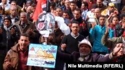 متظاهرون في القاهرة في طريقهم الى قصر الرئاسة