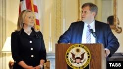 Госсекретарь Хиллари Клинтон и посол США в России Майкл Макфол встречаются с представителями российских некоммерческих организаций в июле 2012 года