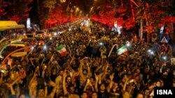 Тегеран тургундары Иран менен ири мамлекеттер ортосунда өзөктүк программа боюнча келишимге кол коюлушун майрамдап жаткан учур. 14-июль, 2015-жыл.