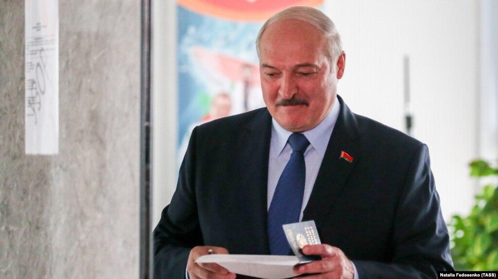 Александр Лукашенко во время голосования в Минске: надолго ли эта улыбка?