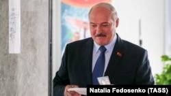 Александр Лукашенко во время голосования в Минске