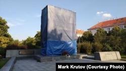 Памятник маршалу Ивану Коневу в Праге закрыт от глаз жителей города. 30 августа 2019 года.