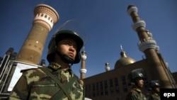 Сотрудники сил безопасности Китая у мечети в городе Урумчи в Синьцзян-Уйгурском автономном районе (СУАР) Китая.
