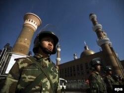 Китайские солдаты патрулируют вход в мечеть Урумчи. Иллюстративное фото.