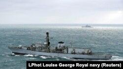 """Британский эсминец """"Вестминстер"""" эскортирует российский """"Стерегущий"""" в Ла-Манше."""