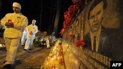 Працівники Чорнобильської АЕС несуть свічки до пам'ятника жертвам аварії на Чорнобильській АЕС, архівне фото