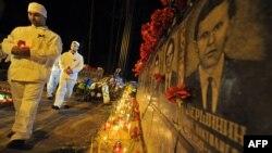 """""""Çernobyl"""" stansiýasynyň golaýyndaky Slawutiç şäheriniň ýaşaýjylary bu betbagtçylygyň pidalarynyň hormatyna ýatlama çäresini geçirýärler. Slawutiç, 26-njy aprel, 2012."""