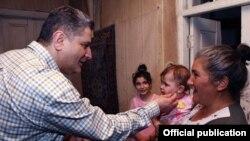 Премьер-министр Армении Тигран Саргсян посещает одну из самых больших семьей в Армении и обещает купить им дом, село Мркашат, 22 мая 2013 г. (Фотография - пресс-служба правительства РА)