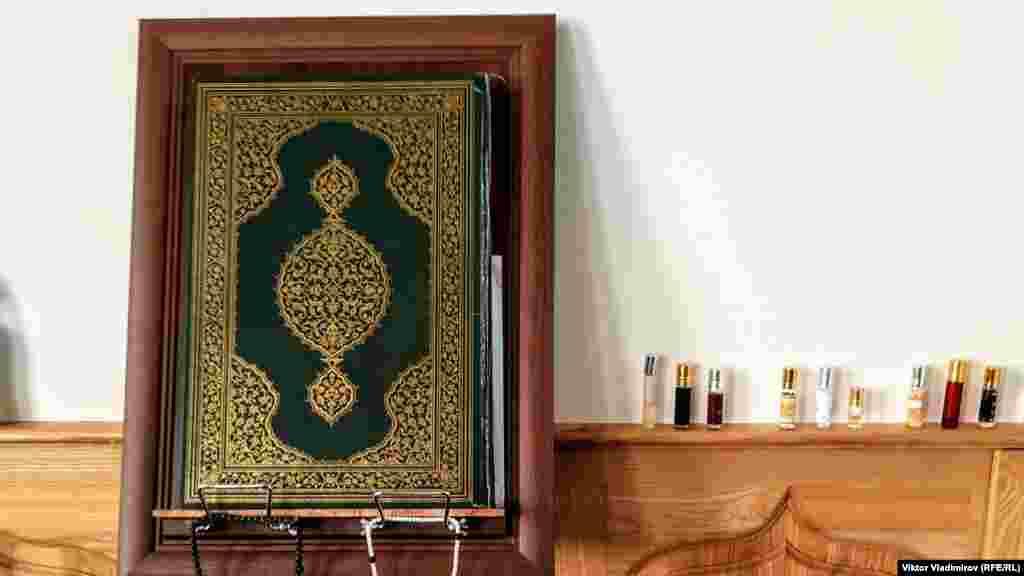 У мечеті знову провели намаз в 2013 році після закінчення реконструкції. На фото: Коран і пахощі