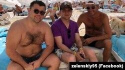 Президент України Володимир Зеленський (посередині), а ліворуч від нього голова Офісу президента Андрій Богдан на пляжі в Одесі, 27 липня 2019 року
