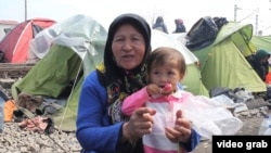 Идомени аймагындагы качкындар лагери. Бейпил жашоо издеген эне-бала.
