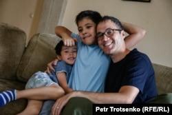 Саид (в центре) с отцом и младшим братом. Алматы, 28 июня 2018 года.