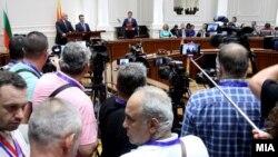 Премиерите на Македонија и на Бугарија, Зоран Заев и Бојко Борисов го потпишуваат договорот за добрососедство меѓу двете земји во Скопје на 1 август 2017
