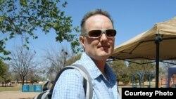 Грегори Уэлш с аппаратом SynCardia Temporary Total Artificial Heart в заплечном рюкзаке