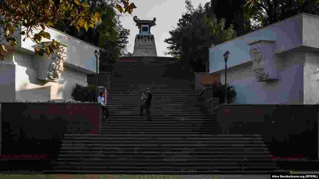 Туристи фотографуються на сходах біля пам'ятника герою російсько-турецької війни, моряку Олександру Казарському