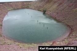 «Атомное» озеро — воронка, образовавшаяся после испытания атомной бомбы в 1968 году.