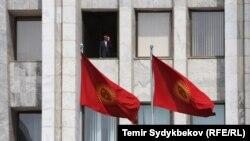 Парламент депутаттары жана президенттин аппараты отурган имарат.