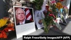 مردم در برابر دفتر سناتور مککین در فنیکس آریزونا گل و یادداشت گذاشتهاند