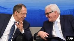 Немис тышкы иштер министри Франк-Вальтер Штайнмайер менен Орусиянын тышкы иштер министри Сергей Лавров.