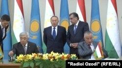 Президент Казахстана Нурсултан Назарбаев и президент Таджикистана Эмомали Рахмон yf подписаниb документов министрами иностранных дел двух стран. Душанбе,14 сентября 2015 года.