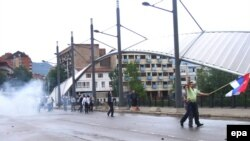 Kosovski Srbi sa zastavom tokom protesta u Mitrovici, 30. maj 2010.