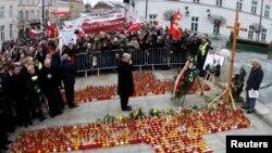 """Ярослав Качиньский, брат погибшего президента и лидер партии """"Право и справедливость"""", во время сегодняшних церемоний в Варшаве"""