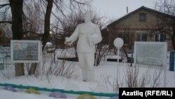 Лашман авылында Сруртдиновлар йорты каршында Сталин һәйкәле