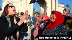 مصرية تردد شعارات وسط حشد من النساء وسط القاهرة