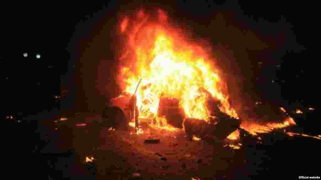 Автомобиль догорает на месте взрыва в Анкаре