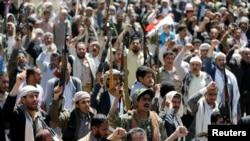 Люди проводят акцию протеста возле представительства ООН в Йемене против воздушных ударов, нанесенных во время похорон, Сана, 9 октября 2016 года.