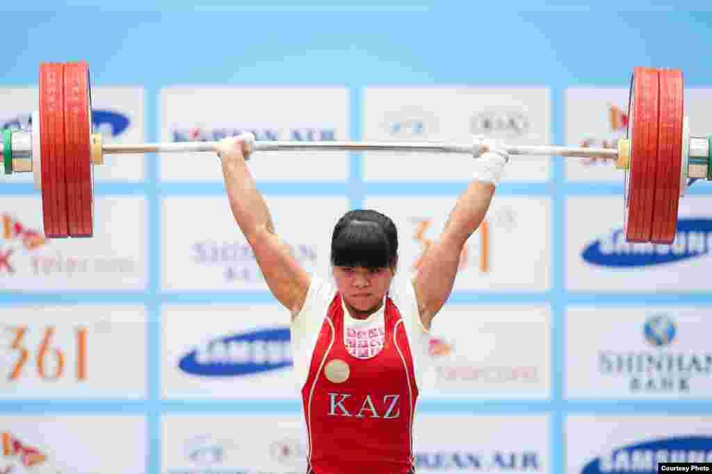 Казахстанская тяжелоатлетка чемпион Олимпиады в Лондоне Зульфия Чиншанло (53 килограмма) обновила мировой рекорд, подняв в толчке 132 килограмма, однако завоевать золото Азиады ей не удалось. Она стала серебряным призером первенства. Инчхон, 21 сентября 2014 года. Фото пресс-службы комитета спорта и физической культуры.
